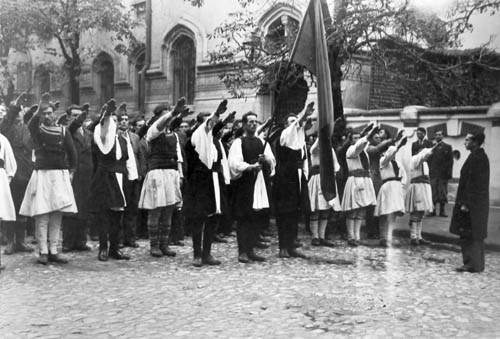Νεαροί Βλάχοι από την Πίνδο χαιρετούν φασιστικά στην μεγαλειώδη κηδεία δυο μελών της «Σιδηράς Φρουράς»
