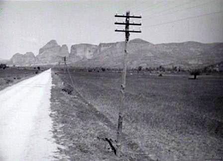 Φωτογραφία του 1941 του Αυστραλού φωτογράφου J. Krauth στην οποία απεικονίζεται ο δρόμος Τρικάλων – Καλαμπάκας.