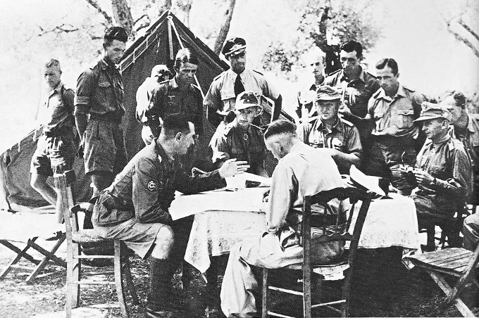 Φωτογραφικό στιγμιότυπο από στρατιωτικό συμβούλιο Γερμανών αξιωματικών στα βουνά της Πίνδου το καλοκαίρι του 1943.