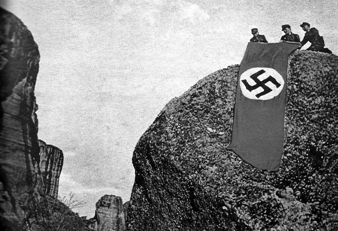 Οι Γερμανοί υψώνουν την σβάστικα στους βράχους των Μετεώρων. Ήτανε στις 18 Οκτωβρίου 1943.