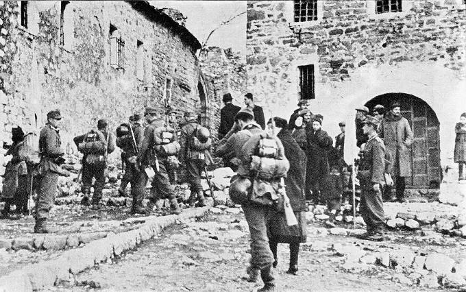 Γερμανοί στρατιώτες ψάχνουν για αντάρτες στα πλαίσια της επιχείρησης «Πάνθηρας».